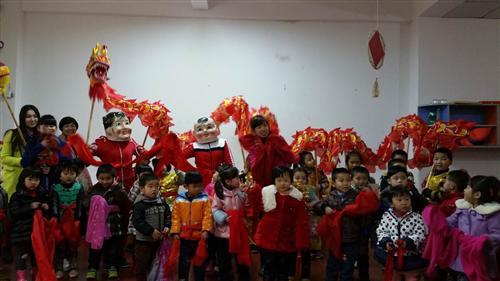 当舞龙队到达本班时,孩子们一边欣赏舞龙表演,还与大头娃娃开心地互动